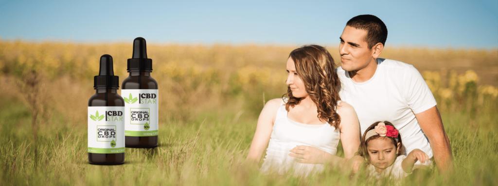 Glückliche und Gesunde Familie im Feld mit CBD Öl von CBD Star