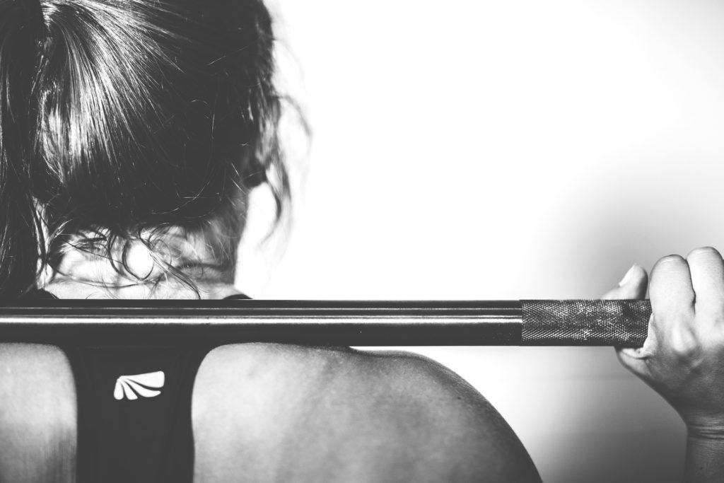 Athletin hält Gewicht beim Crossfit Training